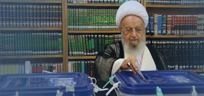 آیت الله العظمی مکارم شیرازی در نخستین لحظات آغاز انتخابات رای خود را به صندوق انداختند